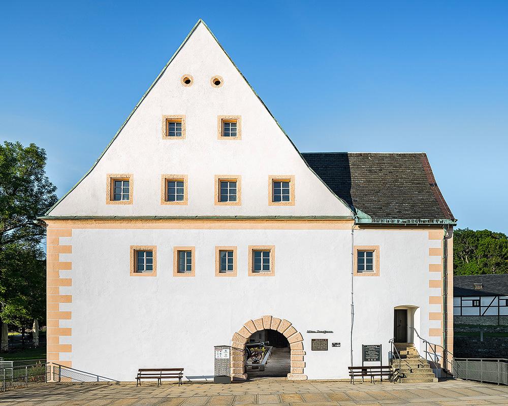 Ansicht des Alten Zeughaus auf der Festung Königstein, mit Blick durch das Portal in den Ausstellungsraum.