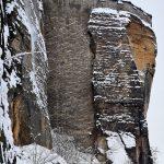 Maueranlage und Felsen